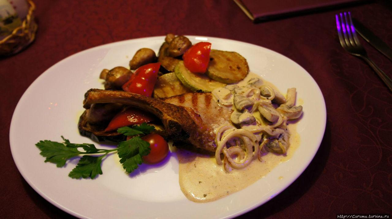 Свиная корейка с гарнир-соусом из жаренных грибов и сливок