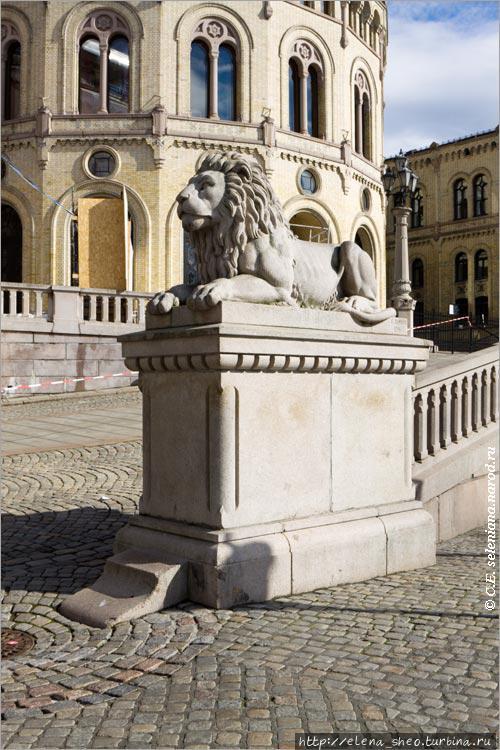 12. Перед зданием парламента лежат два льва, это один из них.