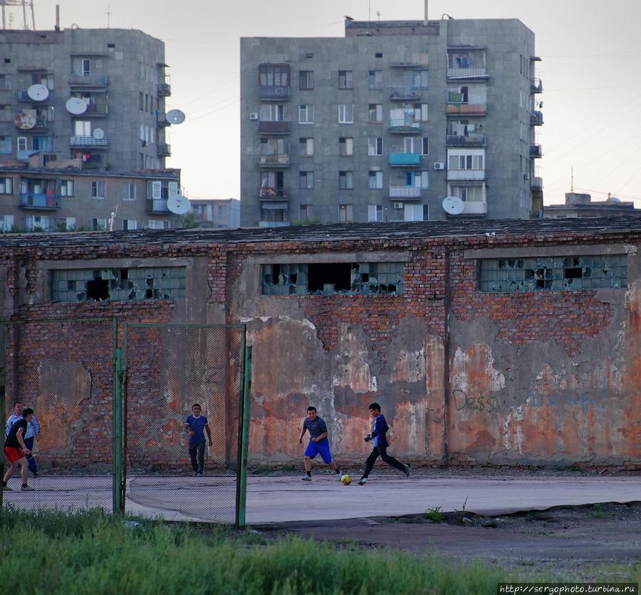 Город выглядит очень уныло и пессимистично. Много старых и полуразрушенных зданий. Особо интересно, что почти из каждого окна торчит спутниковая тарелка. Даешь телевидение в каждый дом! Остальное будет позже... Балхаш, Казахстан