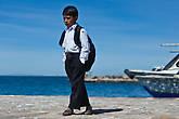 Все здесь ходят в традиционной одежде. Хотя на этом фото, возможно, одежда не традиционная, а просто форменная для школы. Фото сделано через стекло их подплывающего катера. Мальчик гулял по пирсу