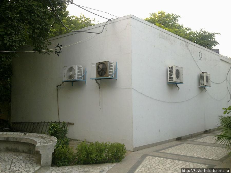 На заднем дворе синагоги