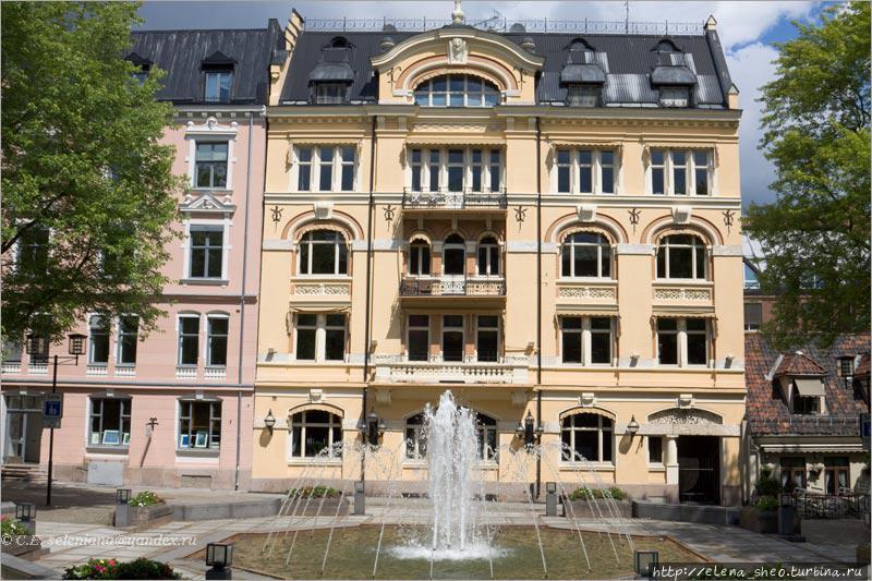 11. Здание весьма приятной наружности, очень украшающее площадь. Оно называется Knudsengården, а что это означает, мне неизвестно. Вероятно, некто Knudsen был когда-то его владельцем.