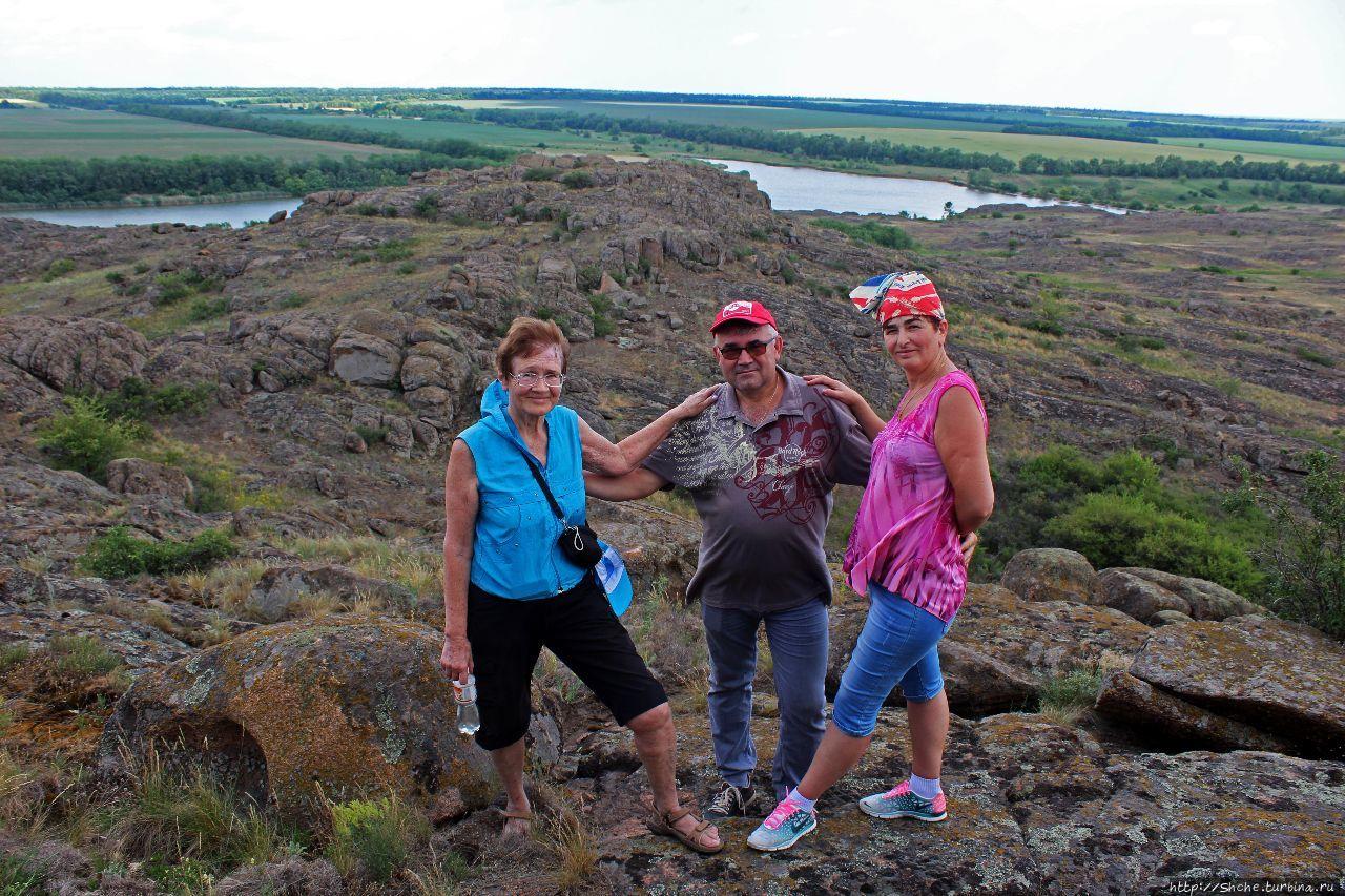 на фото я в окружении двух Галин (явно с этим связана такая удача) — моей жены, и участницы «Ершов-трип» из Днепра, известной на Турбине, как galmix Каменные могилы заповедник, Украина