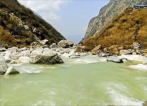 Внизу селения Деурали течет река Моди-Кхола