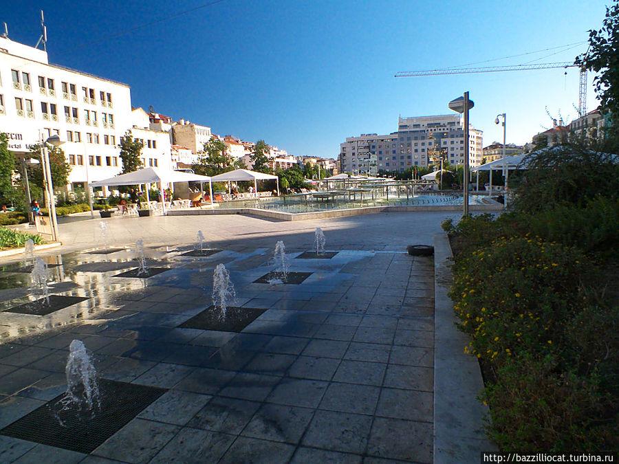 Вид площади Martim Moniz со стороны Rua Palma и станции метро Martim Moniz