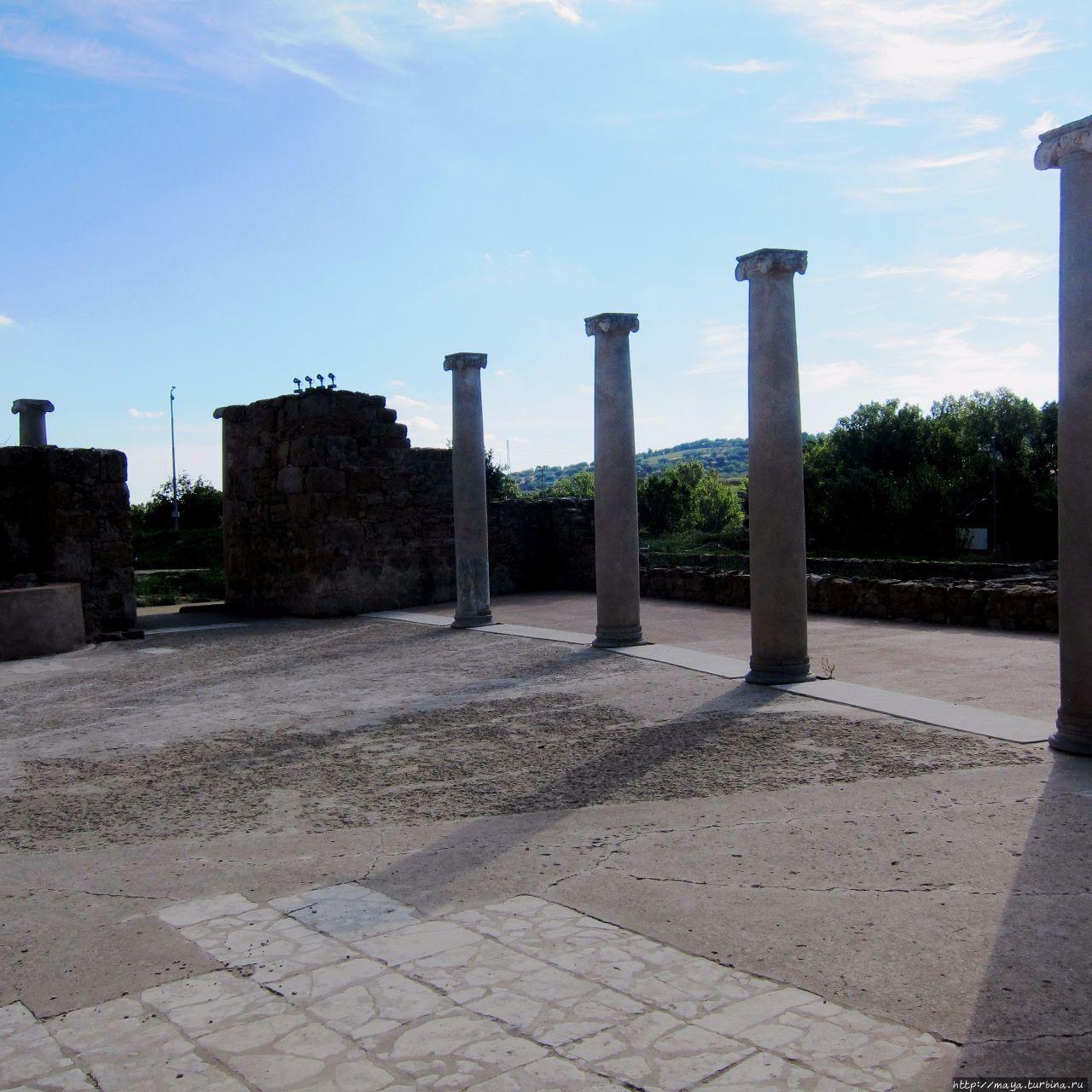 и остатки коллонады Пьяцца-Армерина, Италия