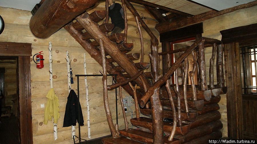 Лестница на второй этаж. Холл