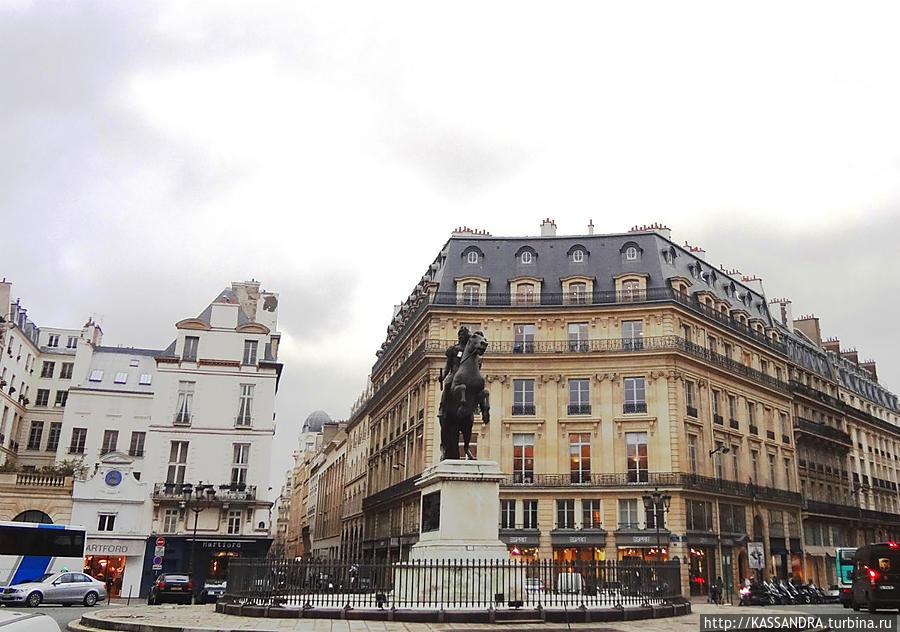 Площадь Виктуар с конной статуей Людовика XIV.
