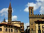 Барджелло — справа, а слева — башня монастыря Бадиа Фиорентина