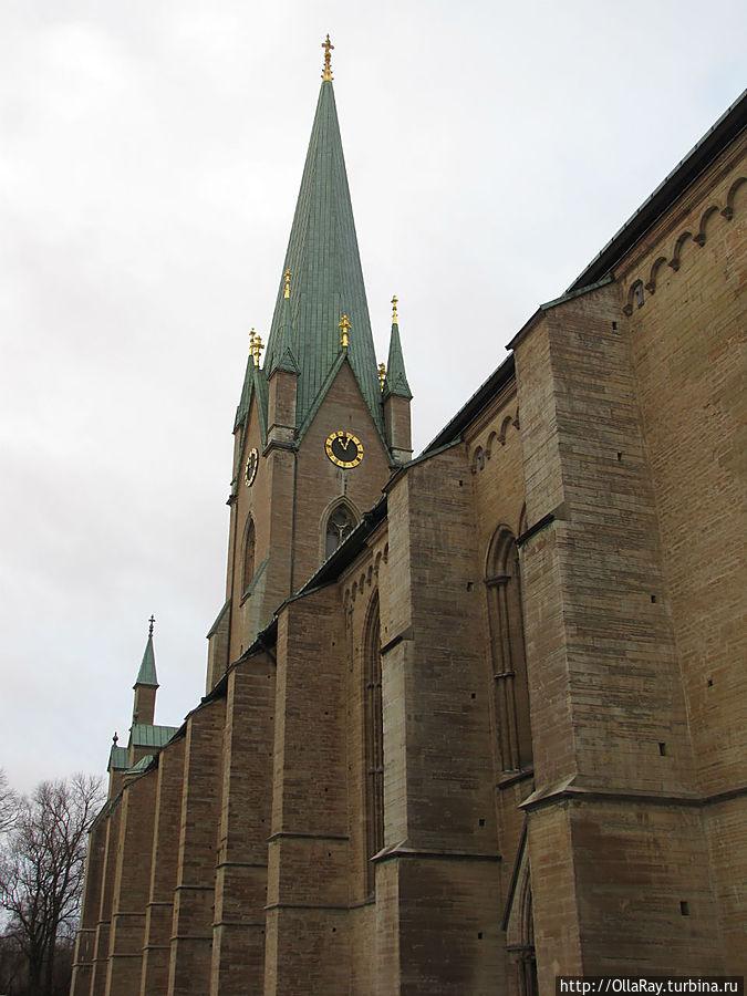 Главная достопримечательность города — романо-готический кафедральный собор 12 века.