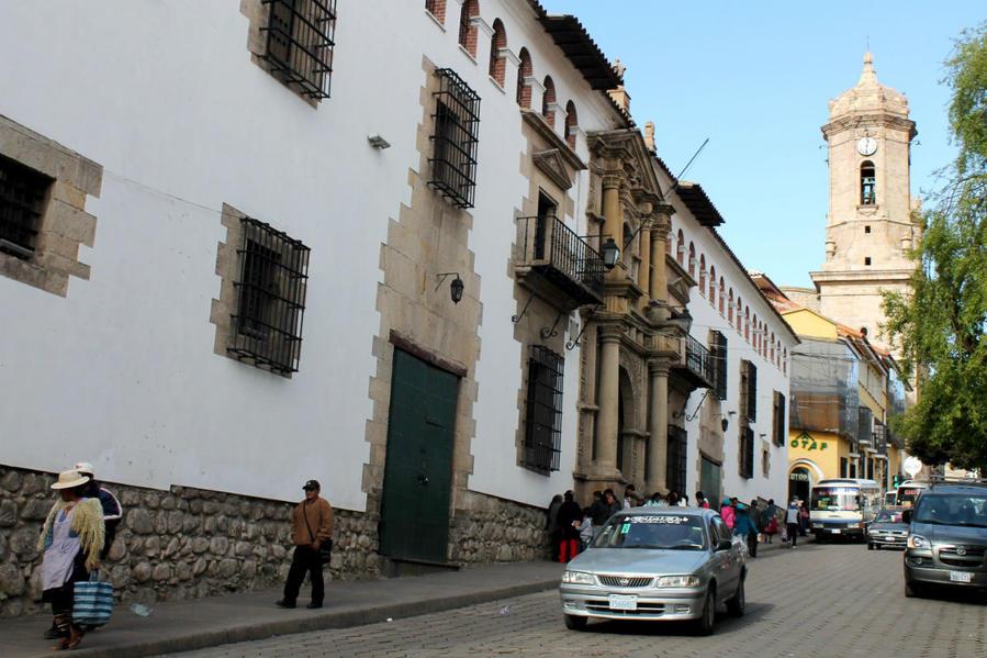 вид фасада по улице Ayacucho, с западной стороны