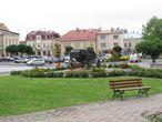 Памятник на Рынке. Карета символизирует музей карет, который находится в замке.