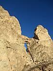 Тропа проходит через эту щель в скале.Через самую нижнюю узкую часть я должна была протолкнуть свое  худенькое тельце ,что  с трудом и было сделано.