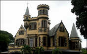 Исторический замок Stollmeyer находится в центре столицы. Его построили в 1902-1904 годах по проекту известного шотландского архитектора Роберта Гиллисома.  Архитектура замка, построенного в период экономического процветания страны, очень напоминает крепость. Это здание входит в так называемую Великолепную Семерку — прекрасный пример колониальной архитектуры в Порт-оф-Спейн. Надежные каменные фасады замка кажутся непобедимыми, однако деревянный пол и конструкция крыши сегодня нуждаются в реставрации. В 1940 году здание занимали американские военные для своих целей.
