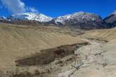 Пройдя примерно четыре часа от Ло Мантанга, мы приблизились к едва заметной развилке. Внизу виднеется мост, ведущий к городку Surkhang, нам же предстояло идти прямо
