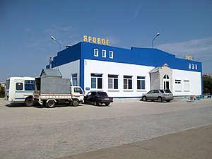 Здание автовокзала, откуда отдыхающих развозят в Барнаул, Новосибирск, Томск, Кемерово, Новокузнецк и даже на другой курорт Алтая — в Белокуриху.