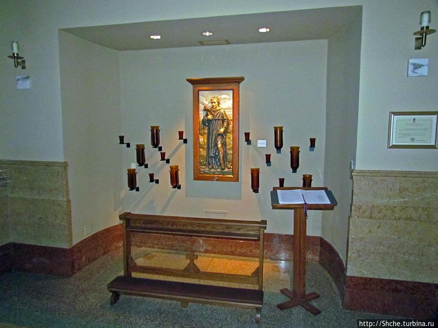 а вообще все по-современному, особенно освещение, собор реконструировался в 2003 году