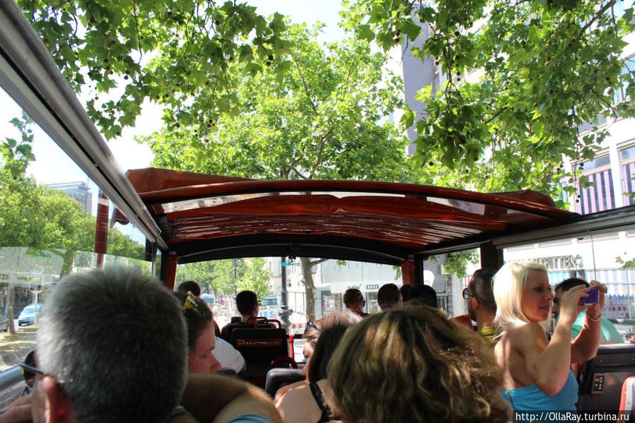 В автобусе было полно народу, но на каждой остановке контингент менялся.