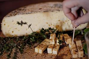 А напоследок добродушный Лоренцо угостил нас сыром собственного приготовления. И это был лучший сыр, что я ела в жизни... ах))))