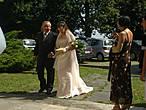 В церквушку 16 века в горах приехала на венчание свадьба. Отец ведет невесту к алтарю..