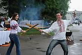 Ведущие Фестиваля борща Анжелика и Юрась борятся за завание