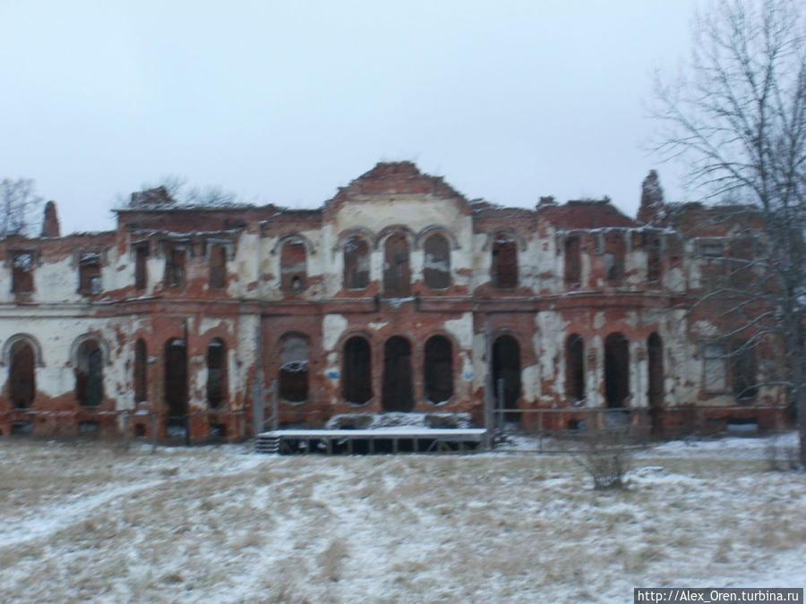 Дворец построил арх. Штакеншнейдер в 1845 году. С 1918 года совхоз