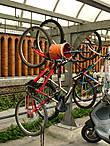 Велосипеды подвешивают вертикально