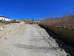 Городок сперва показался совсем не типичным для Тибета. Не в плане построек, дома как раз традиционные — ровные и белые
