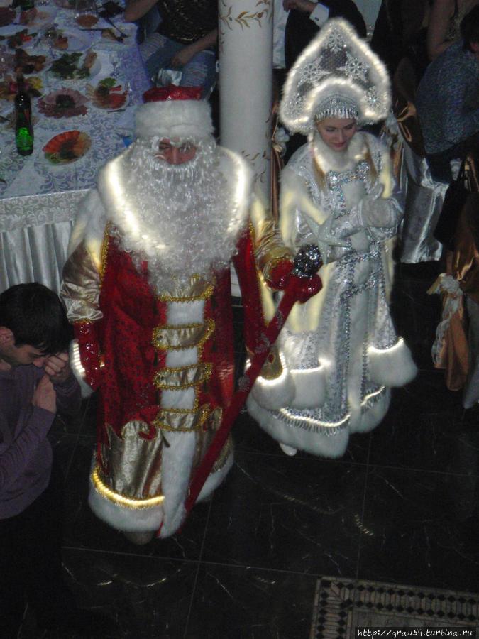 Дед Мороз и Снегурочка с подсветкой на шубах