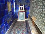 Сама гробница Шейха Сефи ад-Дин. Шейх Сефи ад-Дин Исхак Ардебили родился в 1252 году в городе Ардебиле в зажиточной религиозной семье. От шейха Сефи ад Дина дошло 12 четверостиший (рубаи) на местном (район Ардебиля) иранском наречии, близком современному талышскому языку и которое большинство ученых отождествляет с языком азери. Эти четверостишия иранисты считают важным материалом для изучения иранского языка азери, в целом остававшегося бесписьменным. Потеряв отца в малолетнем возрасте Сефи ад-Дин получает начальное образование в окружении его религиозных последователей. Он овладевает богословскими науками и изучает, кроме азери и литературного персидского, арабский и монгольский языки. Продолжает свое образование Сефи ад-Дин в Ширазе, куда отправляется в 20-летнем возрасте, у известных богословов Рукн ад-Дина Бейзави, Амира Абдуллаха и других. Там он наконец решается выбрать себе наставника. По совету Амира Абдуллаха Сефи останавливается на кандидатуре известного шейха из Гиляна (собственно из Талыша) Гаджи ад-Дина Захиди, который был странствующим дервишем, связанным с суфийским орденом сухравардия. Сефи пришлось потратить много времени на его поиски. Только через четыре года он находит шейха Захиди в горах Гиляна. Вскоре Сефи женится на дочери своего наставника — Биби Фатьме (их сын Садр ад-Дин впоследствии наследует шейху Сефи) и ещё больше с ним сближается. Вместе они 25 лет проповедуют свои идеи и только в 1294 году, после смерти Захиди Гиляни, Сефи ад-Дин занимает его место главы ордена, названного впоследствии в честь Сефи Сафавийа.В учениках Сефи ад-Дина находились такие выдающиеся личности, как визир Ильхан Рашид-ад-Дин, сын его Гийас-ад-Дин Мухаммед Рашиди и даже сам Ильхан Абу Саид. К концу жизни шейха большинство жителей Ардебиля были его учениками. У него были мюриды и в Западном Иране (Исфахане, Ширазе и др.). Особенно сильное религиозное влияние ордена Сафавийа, как могущественного тюркского ордена, было в Малой Азии, тоже заселенной тюрками. Населе