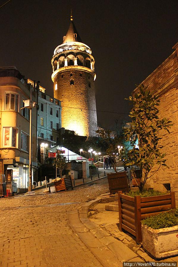 Ночной вид на Галатскую башню из переулка.