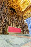 А это уже другая церковь, иезуитская. Всё, что видно на стене — это резьба по дереву. Поразительная тонкость работы. Всё это должно было быть покрыто золотом, однако иезуиты не успели этого сделать до того, как были изгнаны с Азорских островов.