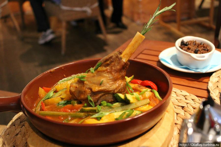 Кордеро аль чилиндрон — ножка ягнёнка, тушёная аль чилиндрон с овощами.