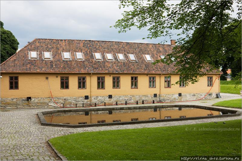 20. У подножья стоит одноэтажный домик, а возле него прудик. У прудика не просматривается никакого назначения кроме декоративного. Тем не менее он имеет своё собственное название, а именно называется прудом некоего Мунка (Munkedam). Вероятно, он получил имя от датского аристократа Кристена Мунка, который в своё время был комендантом крепости.