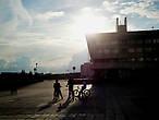 Это город для велосипедистов. Поэтому аккуратнее в Зеленограде, здесь велосипедисты держатся стаями) Даже если они не знакомы друг с другом, то на светофорах обязательно скучкуются. Здесь для них есть велосипедные дорожки. Сюда лучше приезжать с двухколесным другом, иначе вы обречены с тоской глядеть в след уносящимся со свистом зеленоградцам.