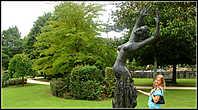 В парке народов Европы представлены четыре типа деревьев, растущих на побережье- бук, дуб, каменный дуб и прибрежные заросли. Он четко поделен на четыре сектора по вышеописанным типам экосистем области Бискайя. С севера на юг через все сектора протекает ручей, который впадает в небольшой водоем. В северной стороне парка можно увидеть скульптуры Генри Мура и Эдуардо Чиллиды. Первая называется «Большая фигура в убежище». Эта бронзовая композиция весом 20 тонн была создана скульптором в 1986 году. А название второй переводится с баскского как «Дом Нашего Отца». Это памятник мира, созданный в 1988 году в ознаменование 50-летия бомбежки Герники.
