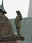 Скульптура на крыше замка.