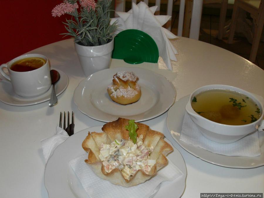 Бульон с фрикадельками, салат оливье, яблочный