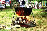Вот в таких котлах варится борщ во время Фестиваля.