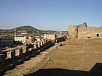 В главном дворе замка. Впереди стоит цитадель — самая укреплённая часть крепости, территория последней надежды, в случае нападения.