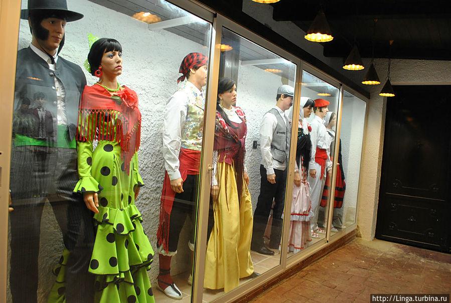 Во втором зале, где размещался алкоголь импортного производства, небольшая выставка национальных каталонских костюмов.