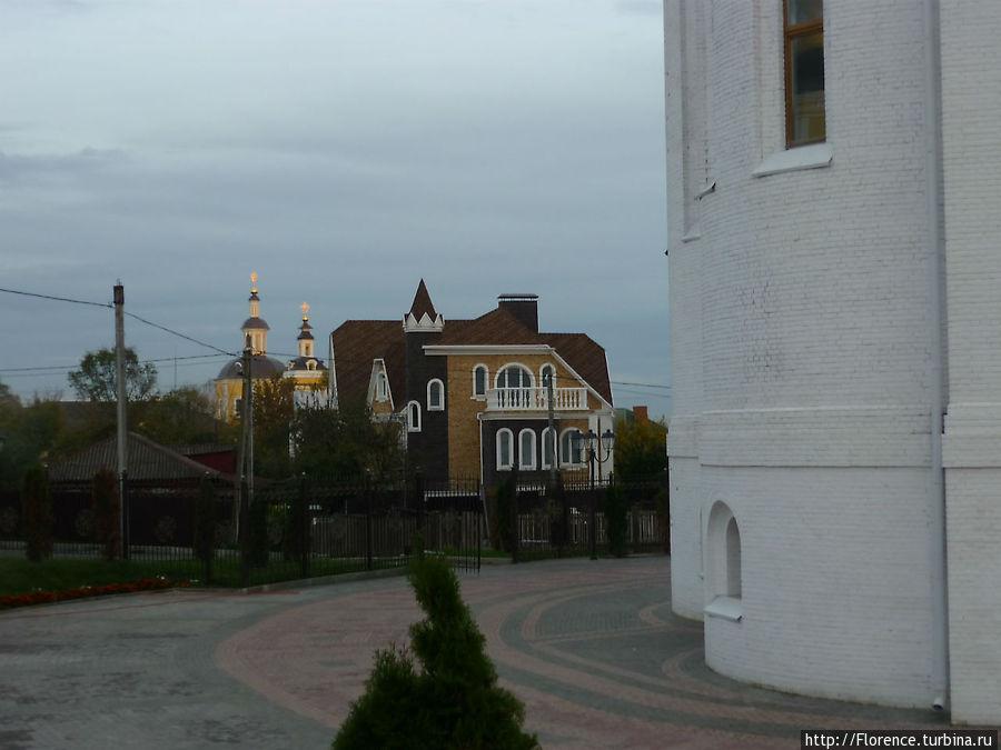 Старое и новое рядом (на заднем плане — бывший кафедральный собор Брянска)