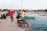Многие приезжают на побережье с удочками и ловят рыбу с пирса.