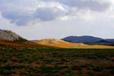 Тропа проходит по бескрайним полям, пастбищам и просто по равнине.
