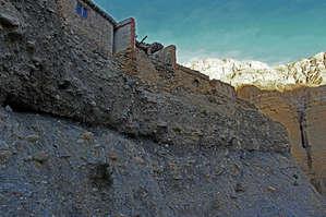 Примерно с пол подъема мы замечаем стены городка на вершине холма