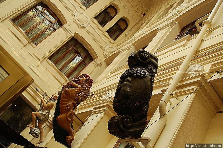 Украшения носовой части корабля. Тут и Нептун, и Лев, и символ Мадрида — медведь с земляничным деревом.