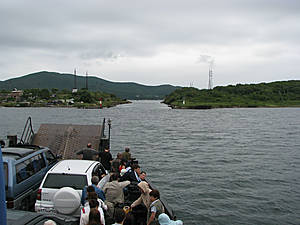 От Владивостокского причала №36 на пароме до острова Русский можно было добраться за 40 минут. Впереди судоходный канал который отделяет остров Русский от острова Елены.