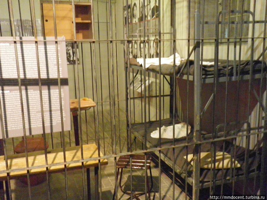 А так выглядела тюремная камера.