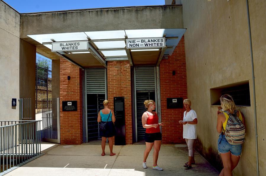 У входа в музей апартеида
