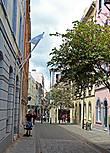 от сюда начинается, ил опять же, здесь заканчивается узенькая пешеходная Irish Town Street